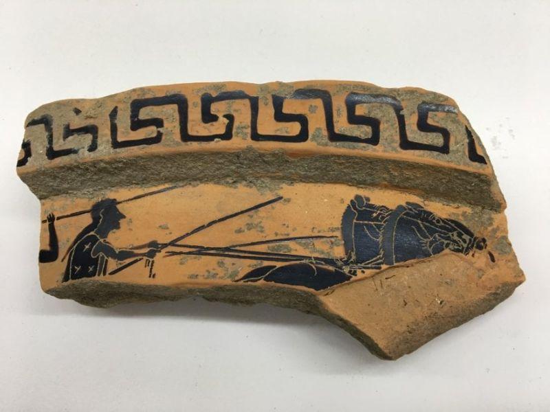 PAESTUM (Sa). Volontari trovano un frammento di un vaso ateniese del VI sec. a. C.