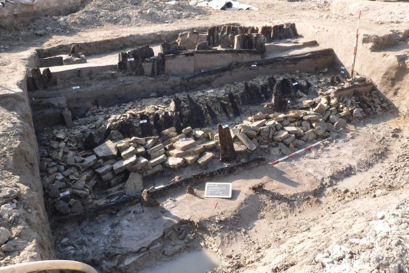 TERZA CORSIA A4 ALVISOPOLI – PORTOGRUARO: dagli scavi emerge una difesa spondale di un vecchio corso d'acqua.